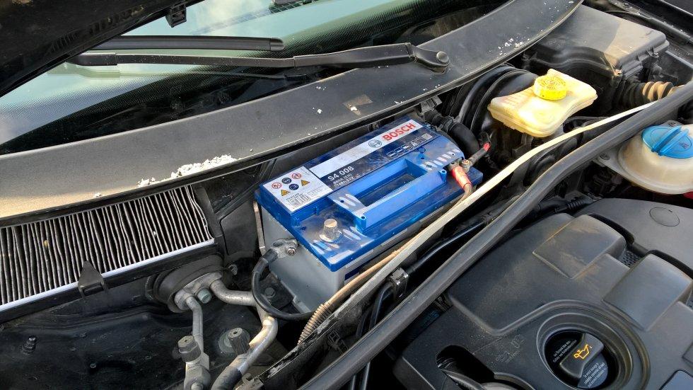 Pohľad na akumulátor v aute