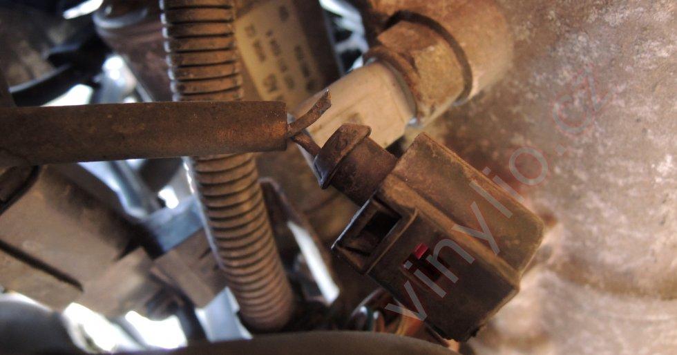Pohľad na konektor a spínač svetiel spiatočky