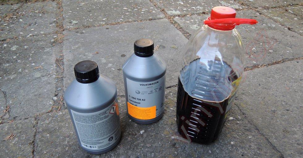 Starý čierny olej a nádoby od nového