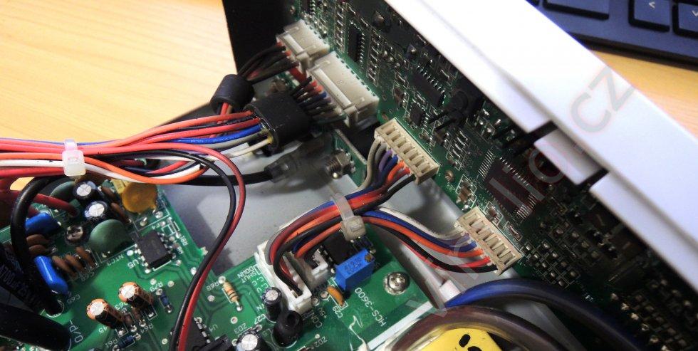 Laboratórny zdroj HCS-3600 - pohľad na konektory prepájajúce predný panel