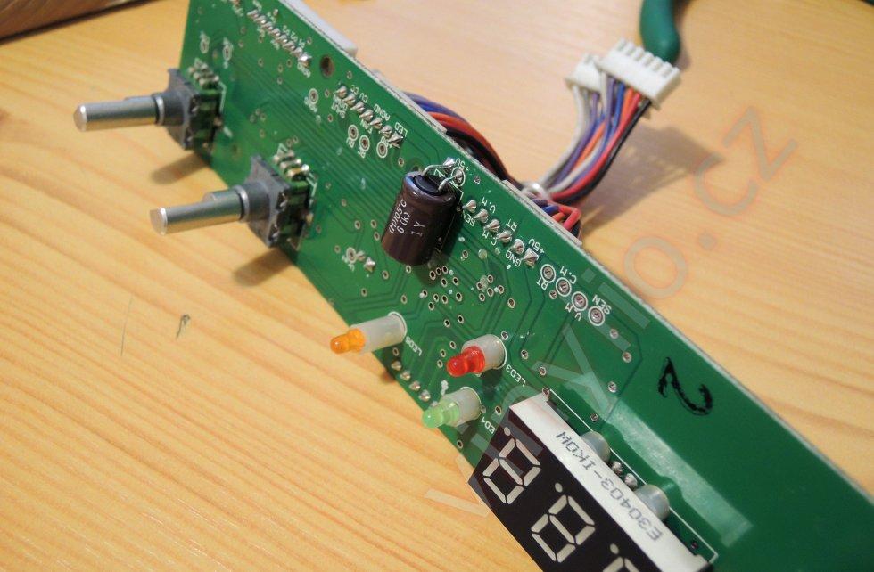 Laboratórny zdroj HCS-3600 - DPS predného panelu s už vymeneným Nipponom