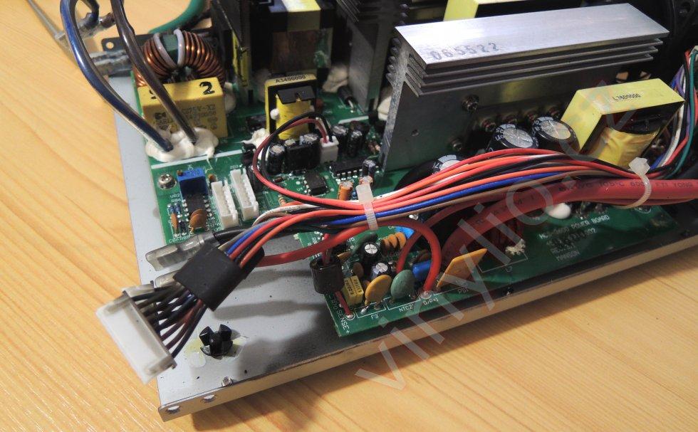 Laboratórny zdroj HCS-3600 - pohľad na vnútornosti a kabeláž