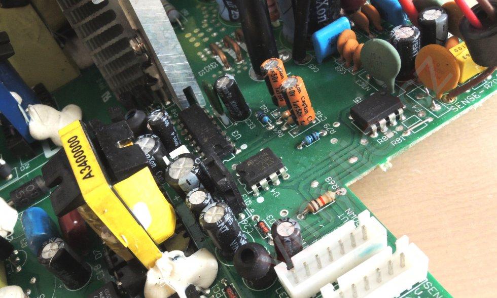 Laboratórny zdroj HCS-3600 - kondenzátory CapXon všade