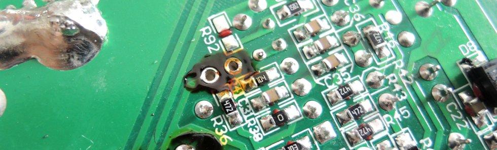 Laboratórny zdroj HCS-3600 - dierky po jednom z vytiahnutých kondenzátorov, spodná strana DPS