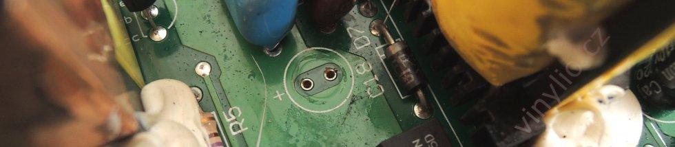 Laboratórny zdroj HCS-3600 - dierky po jednom z vytiahnutých kondenzátorov, vrchná strana DPS