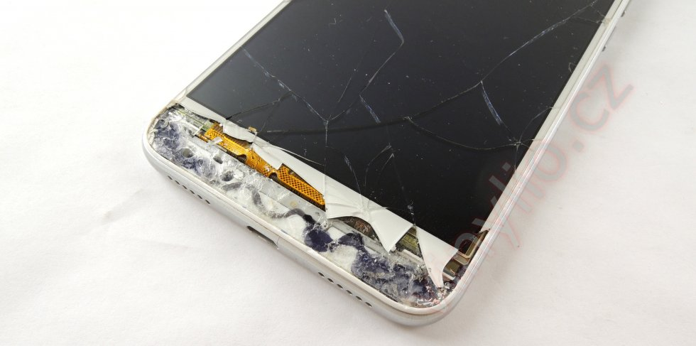 Postup odliepania displayu od tela telefónu