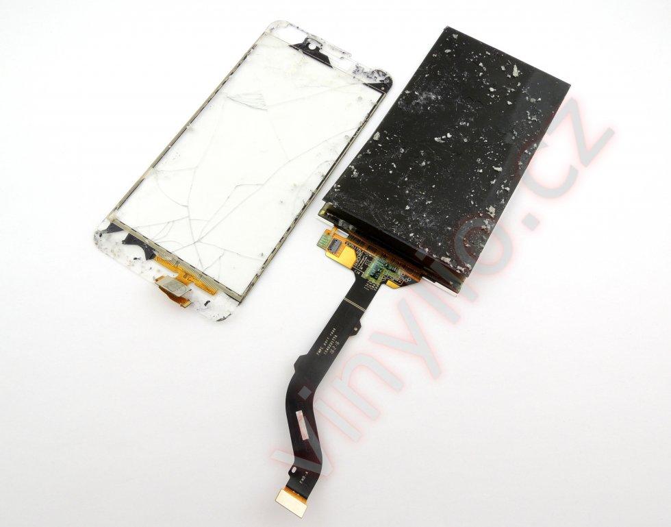Už zničený display s odlepeným polarizačným filtrom na spodnej strane.