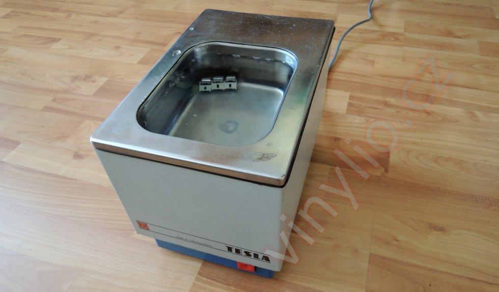 Prebiehajúca kúpeľ tlačidiel v ultrazvukovej čističke