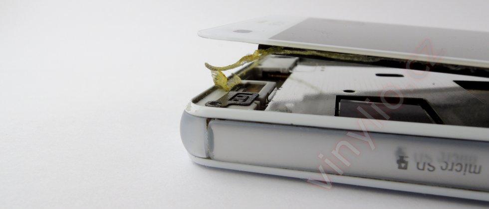 Sony Xperia Z3 Compact - odlepujúci sa roh displayu