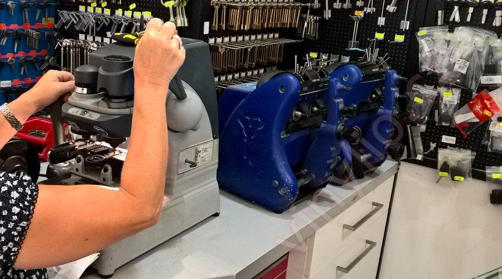 Vyrezávanie planžety vo výrobe autokľúčov na môj polotovar podľa pôvodného kľúča