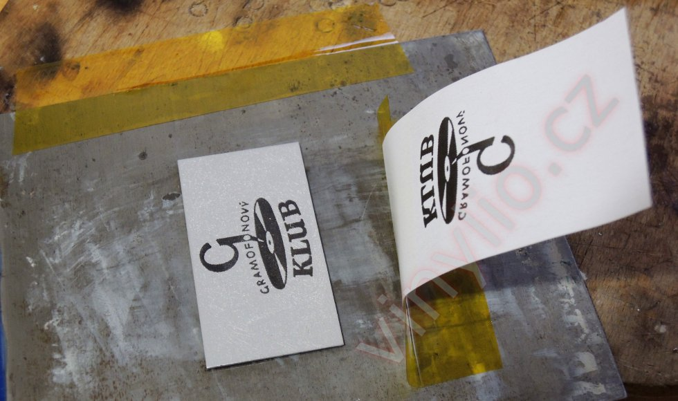Výsledný štítok po prenesení toneru z papiera